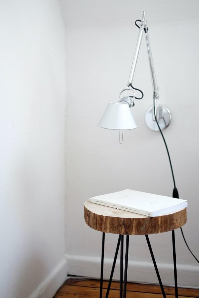 applique da parete regolabile in alluminio con sgabello in ferro e legno