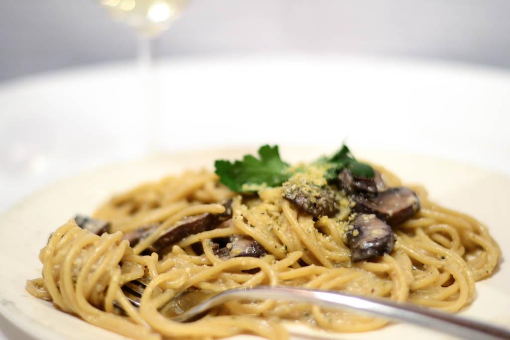 Need vegan pasta ideas? This creamy mushroom fettuccini pasta is a mushroom lovers dream come true! It's also ready in 30 minutes. Win-win! Make it tonight. #veganrecipes #veganfood #recipeoftheday