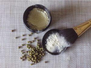 En la foto aparece el Champú Seco Casero ya en polvo, para aplicar al cuero cabelludo y hacer un lavado en seco.