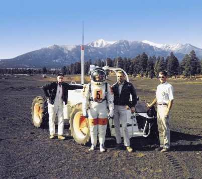 primo uomo a camminare sul suolo lunare
