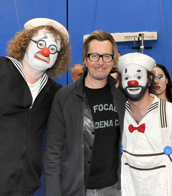 """Gary Oldman poses with the two clowns from """"O"""" by Cirque du Soleil"""