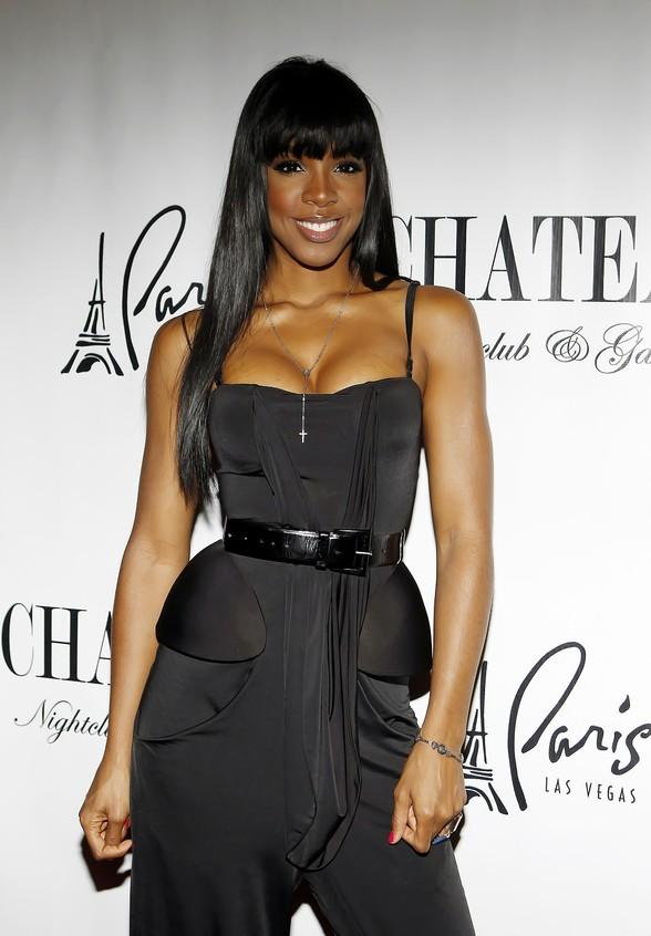 Kelly Rowland smiles for the camera on the red carpet at Chateau Nightclub & Gardens