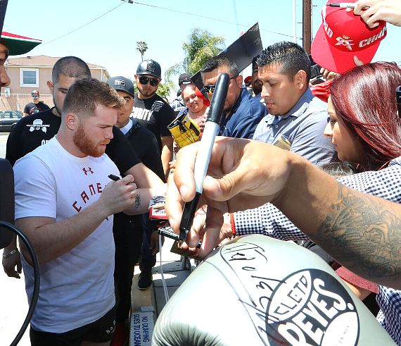 Canelo signs autographs at workout