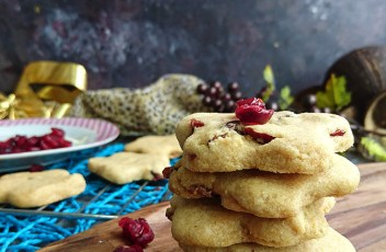 Eggless Cranberry Cookies recipe by www.vegetariantastebuds.com