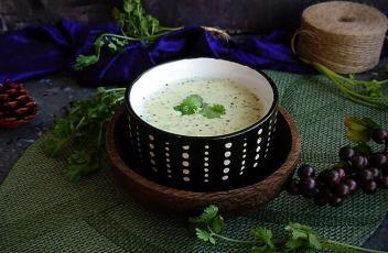 Broccoli & Almond Soup recipe by www.vegetariantastebuds.com