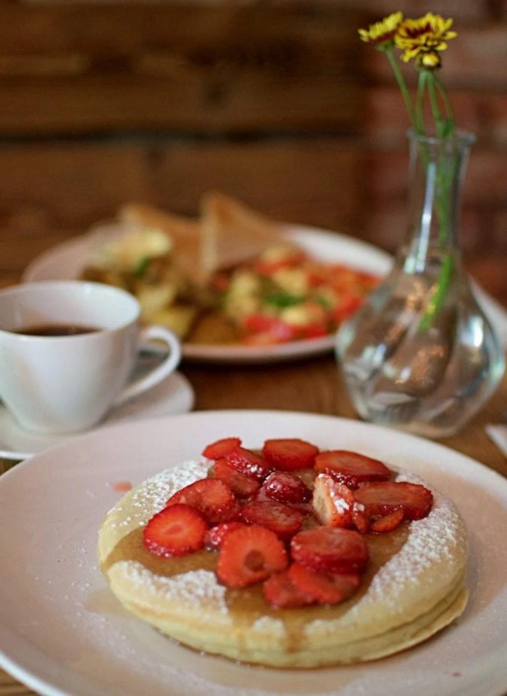 vegan breakfast in Prague at Satsang