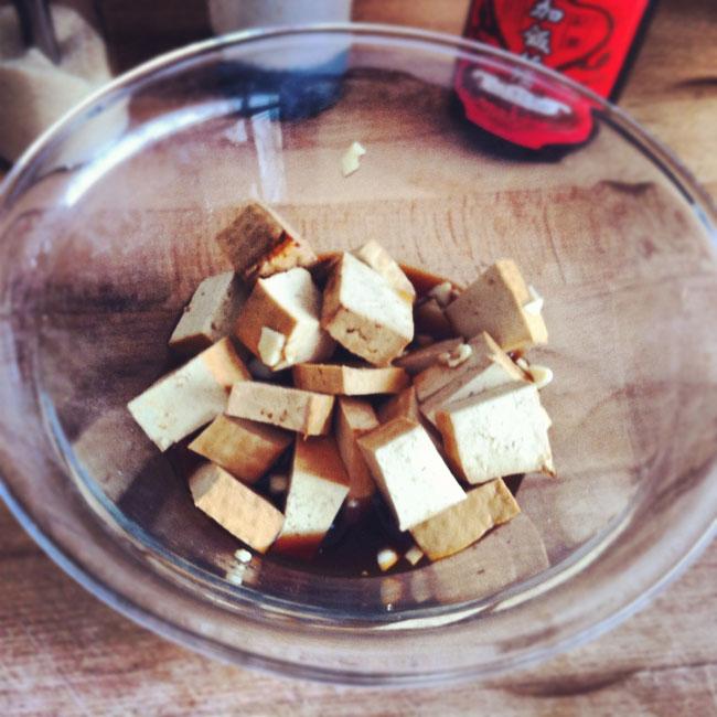 Tofu marinado con ajo y salsa de soja