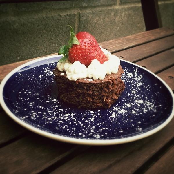 Brownies con nata y piñones
