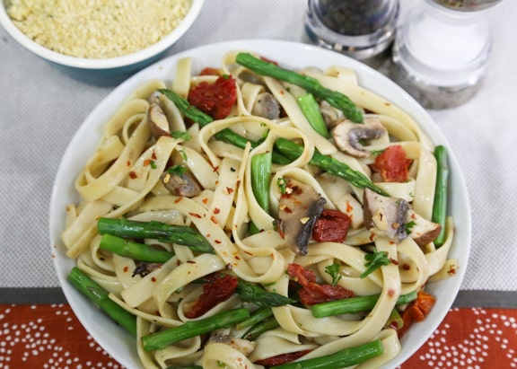 Linguine or Fettuccine with asparagus and mushrooms