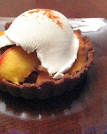 Gluten-free Peach pie with teff crust