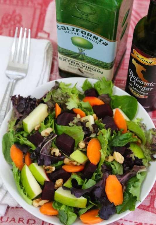 Ensalada de verduras mixtas con manzana y remolacha en vinagre