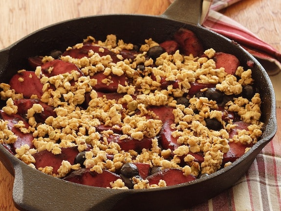 Skillet apple-berry crumble