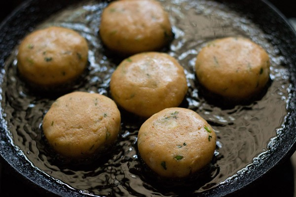 fry the aloo tikkis, frying aloo pattice