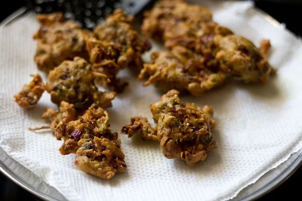 fried cabbage pakoda on paper kitchen towels