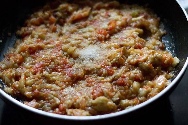 add salt to Punjabi baingan bharta recipe