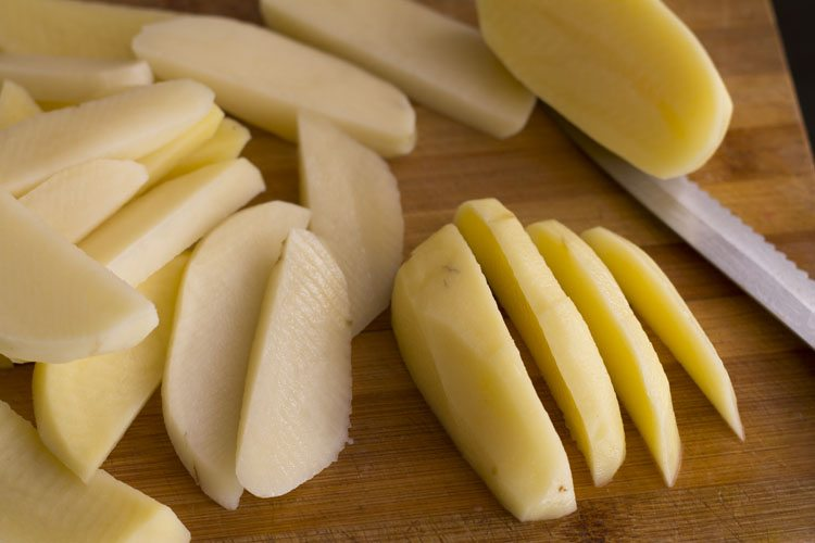Chop the potatoes in wedges