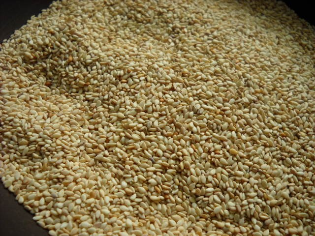 dukkah preparation - roasted sesame seeds