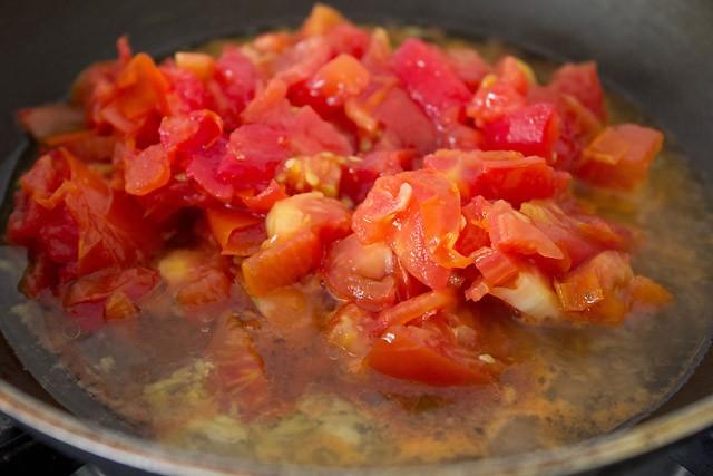 preparing veg pizza recipe, preparing pizza recipe