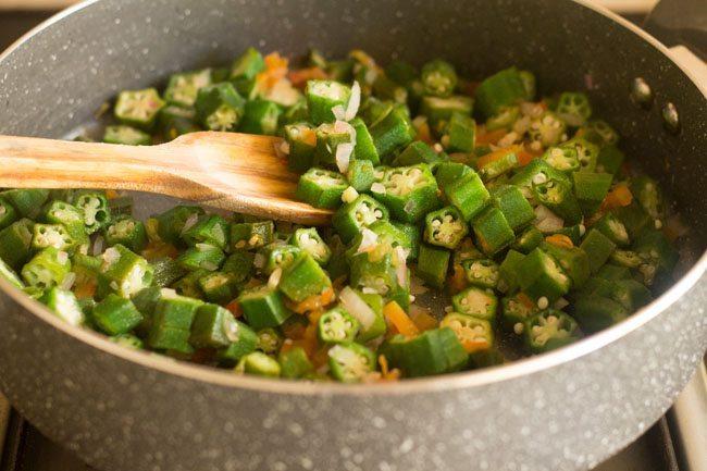 preparing mergol de quiabos