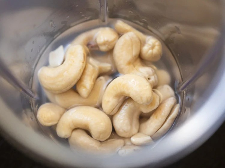 soaked cashews and water added in a blender jar
