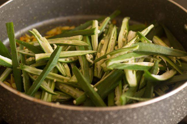 adding bhindi to mixture