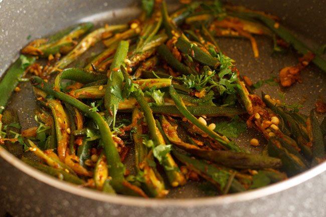 garnishing lahsuni bhindi