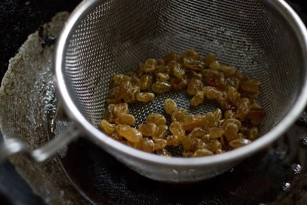 raisins for making thick poha chiwda recipe