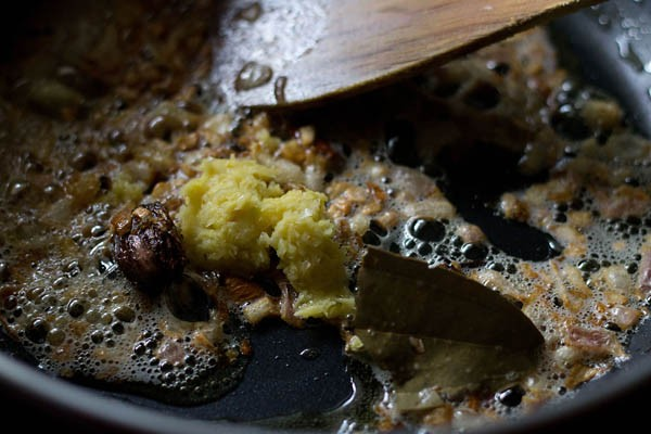 ajouter de la pâte de gingembre pour faire la recette d'aloo gobi