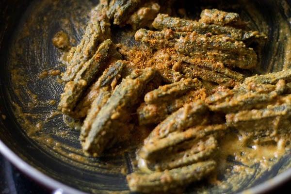 making besan bhindi