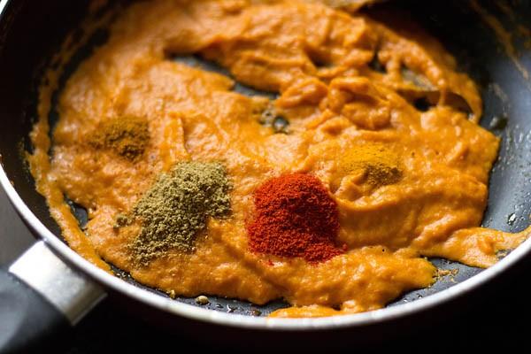preparing makhani gravy