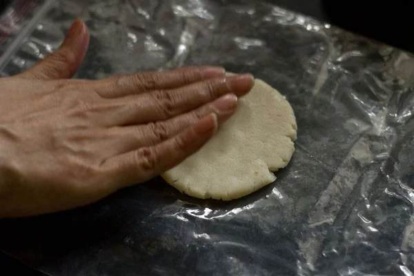 making rice pooris