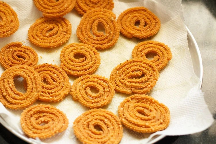 many fried chakli on paper towels