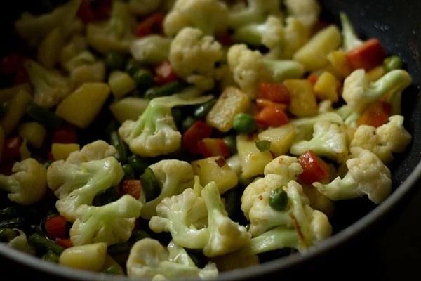 sauting vegetables for veg makhanwala recipe