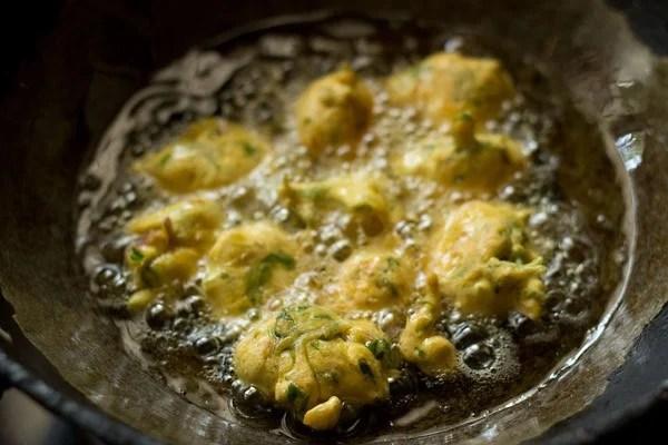 frying methi pakora, frying methi pakoda