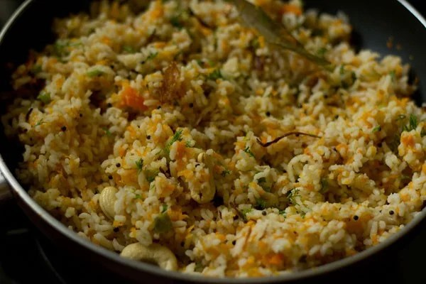 mixed evenly and carrot rice is ready to be served