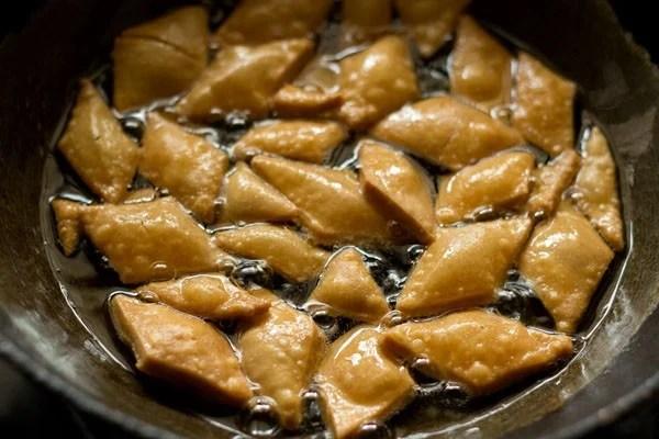 frying shakkarpara - shakkar pare recipe