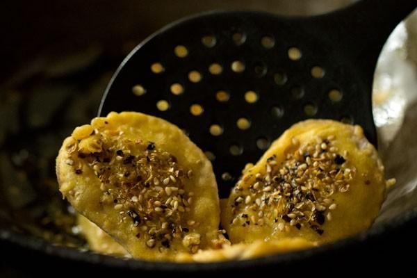 frying kand bhajiya