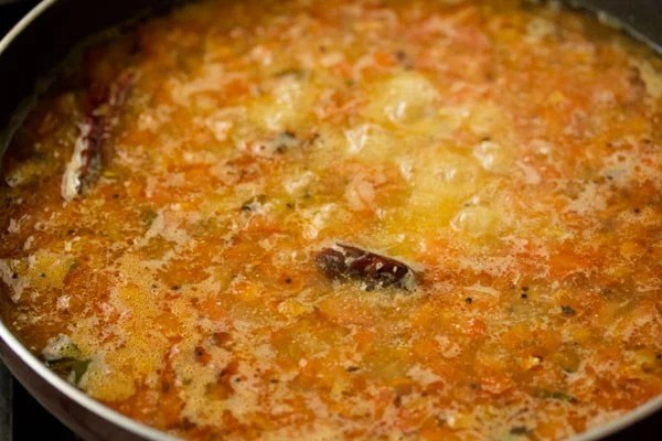 preparing tomato upma recipe