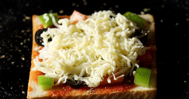 making bread pizza recipe on tawa or pan
