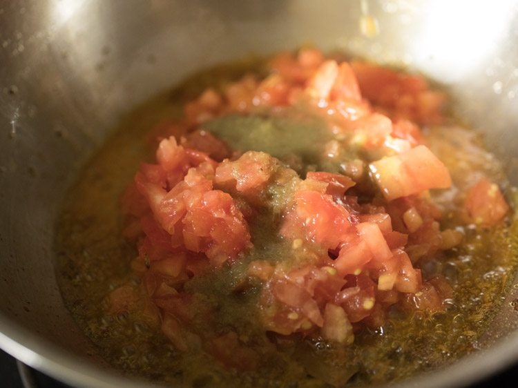 making aloo phulkopir dalna recipe