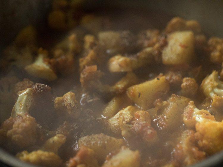 making aloo phulkopir dalna recipe