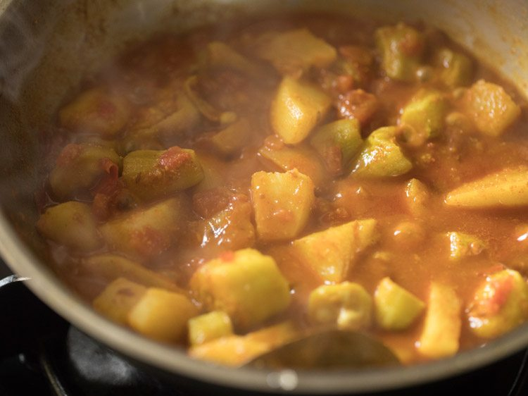 making aloo potol er dalna recipe