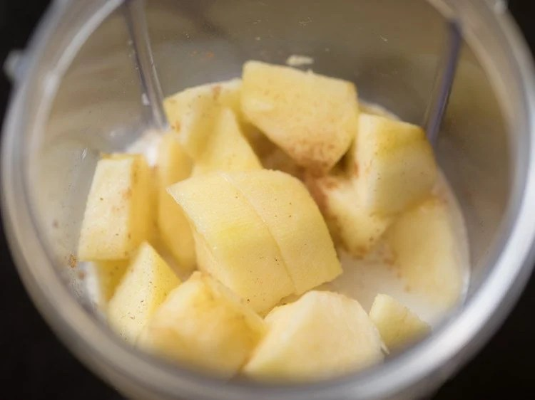 making apple smoothie recipe
