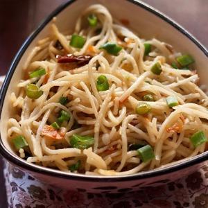 hakka noodles in a bowl
