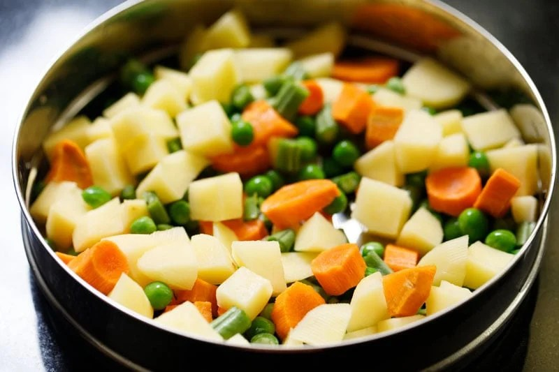 chopped mix vegetables in steamer pan