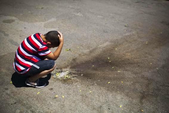 bambino-israeliano-osserva-i-resti-di-un-razzo-intercettato