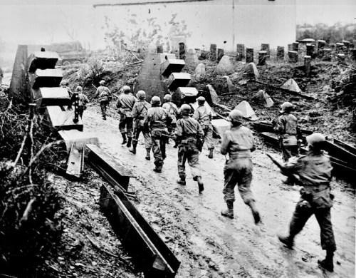 Americans_cross_Siegfried_Line