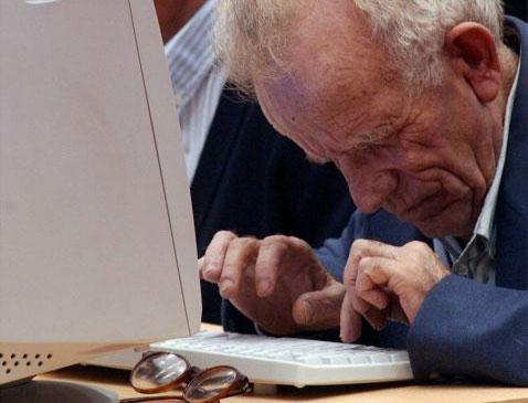 Anciano con ordenador