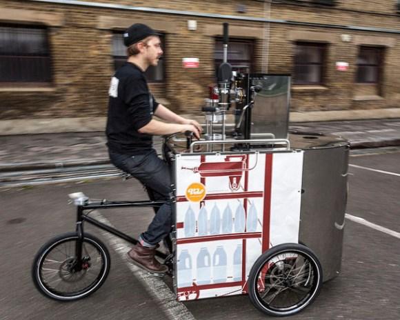 Das Velopresso-Dreirad in Fahrt.