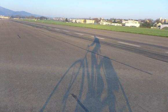 Der Schatten meiner selbst: Auf der Start- und Landebahn des Flugplatzes Emmen, der von der Veloroute gequert wird.